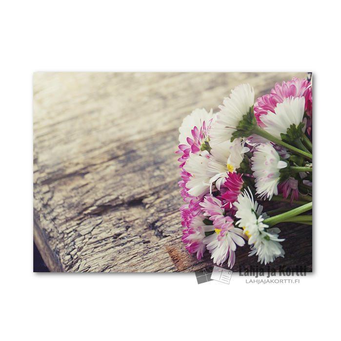 Kukkia kuluneella puupyödällä